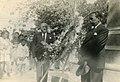 1942. Abril 19. Tomás Liscano, Presidente del Estado Falcón, en ofrendas florales en la Plaza Bolívar de Coro.jpg
