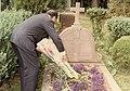 1981. Julio, 1. Colocando flores en la tumba de Raissa y Jacques Maritain, en Kolbsheim, Alsace, Francia.jpg