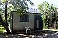 2011-06-02 Будка охранника в школе Уна - panoramio.jpg