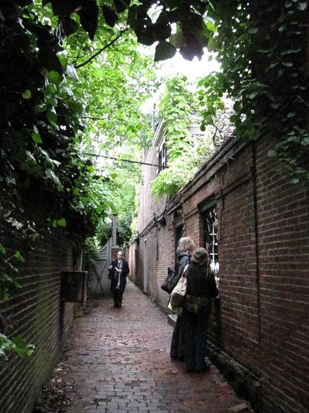 Beacon Hill wall (hiding garden!) / Wikimedia Commons