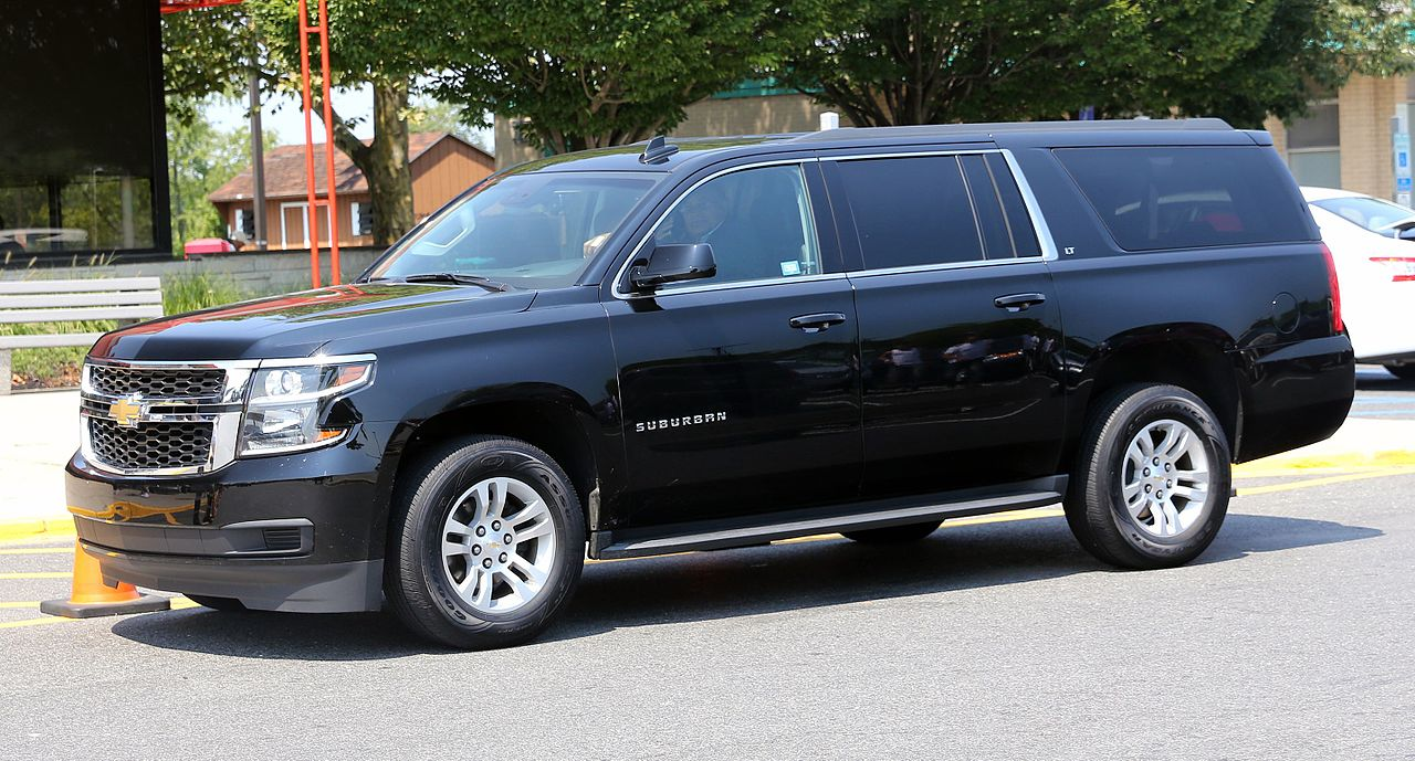 File:2015 Chevrolet Suburban LT in black, front left side ...