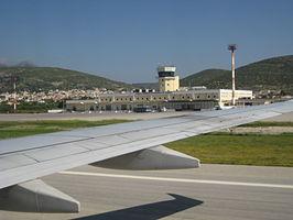 Luchthaven Samos vanuit een Boeing 737-800: https://nl.wikipedia.org/wiki/Luchthaven_Samos
