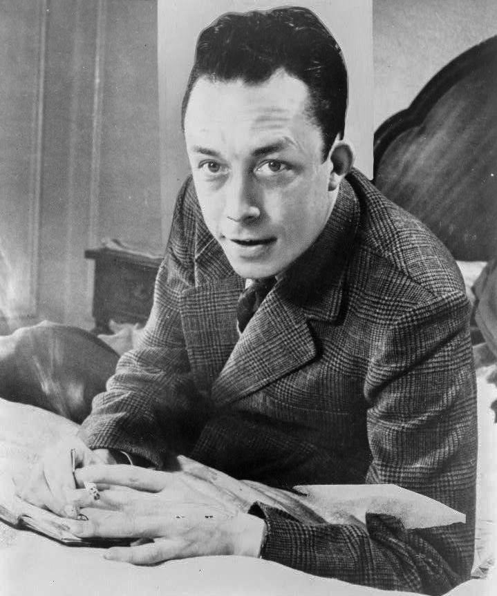 Albert Camus, gagnant de prix Nobel, portrait en buste, pos%C3%A9 au bureau, faisant face %C3%A0 gauche, cigarette de tabagisme