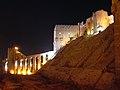 Aleppo (Halab), Abends beleuchtete Zitadelle (Qal'at Halab) (ayyubidisch von al-Aziz) (38674532742).jpg