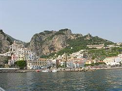 Vido de Amalfi de la maro