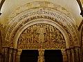 Autun Cathédrale St. Lazare Portal Tympanon bei Nacht.jpg