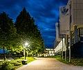 BG in Tübingen zur blauen Stunde mit wehenden Fahnen.jpg