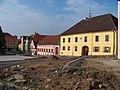 Bechyně, náměstí, západní strana, kostel a domy 143 až 134.jpg