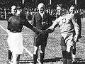 Begroeting Nederlandse en Tsjechoslowaakse aanvoerder, WK 1938.jpg