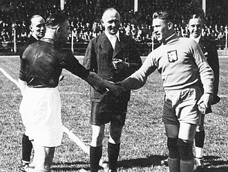 František Plánička - Netherlands Captain Puck Van Heel (left) greets Plánička prior to the match the Czech won (0-3) on 5 June 1938 at the Stade municipal du Havre in the first round of the 1938 World Cup
