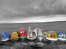 Una collezione di palle di vetro con neve