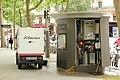 Boulevard Richard-Lenoir (Paris), entretien d'une sanisette 03.jpg