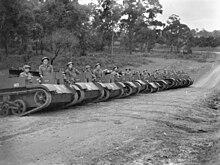 Eine Reihe offener gepanzerter Fahrzeuge reihte sich mit ihren Besatzungen uber eine Schmutzreihe