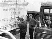 Bundesarchiv Bild 183-L0331-0009, Potsdam, Grenzübergang Drewitz-Dreilinden, Verplomben von LKW