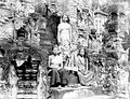 COLLECTIE TROPENMUSEUM Drie vrouwen uit Bali met offerschaal voor een tempel TMnr 10005372.jpg