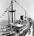 COLLECTIE TROPENMUSEUM Met vlaggen versierde schepen tijdens de kroningsfeesten in 1948 TMnr 10004839.jpg