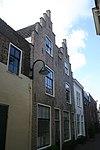 foto van Pand met twee trapgevels van IJsselsteen met ontlastingsbogen in rode baksteen. Toppilasters