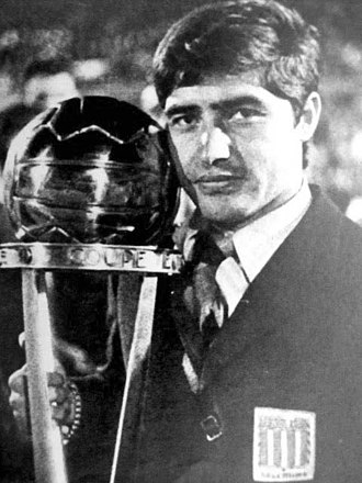 Juan Carlos Cárdenas - Cárdenas with the Intercontinental Cup trophy, 1967