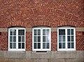 Centralskolan, omklädningsrumsfönster mot Hemmingsgatan, Falköping 8870.jpg