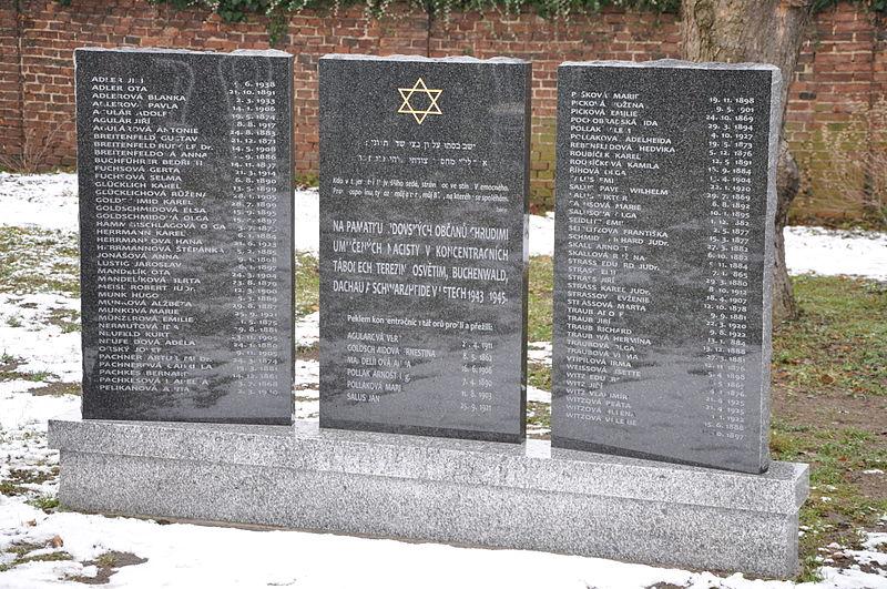 File:Chrudim-odhalení-památníku-na-židovském-hřbitově2012ze.jpg