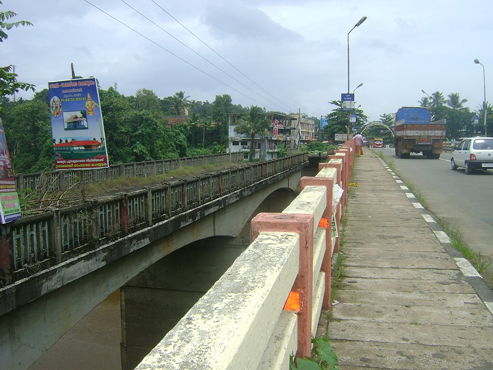 The dilapidated old bridge and new bridge at Ranni