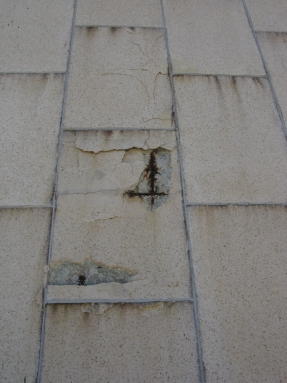 Concrete wall cracking as its steel reinforcing cracks and swells 9061v