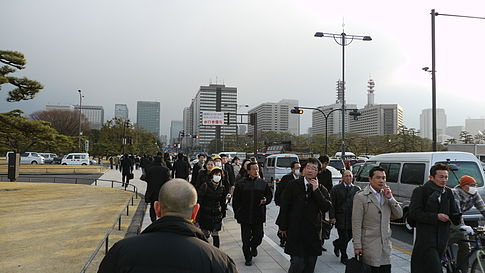 Crowds of workers evacuated from Tokyo skyscrapers walk home after the earthquake in Chiyoda-ku, Tokyo. Image: Hikosaemon.