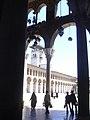 Damaskus, Omayadenmoschee, Ansichten vom Moscheehof mit weissem Marmor und Arkaden und dem Glockenhaus (37819324205).jpg