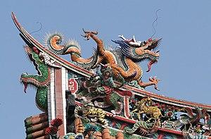 https://upload.wikimedia.org/wikipedia/commons/thumb/0/08/Dragon_on_Mengjia_Longshan_Temple.jpg/300px-Dragon_on_Mengjia_Longshan_Temple.jpg