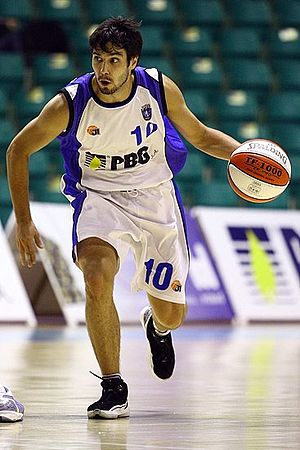 Uroš Duvnjak - Duvnjak playing with PBG Basket Poznań in 2009.