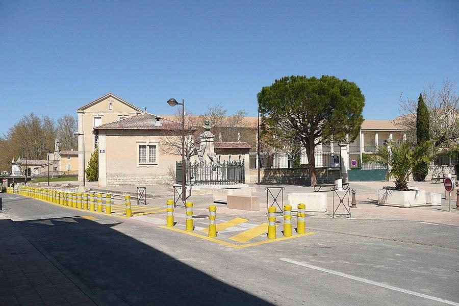"""Ecole Elémentaire Sénateur Béraud, school at Monteux, Vaucluse, France. In the foreground: """"Place Sénateur Beraud"""" with monument, tree, palm. """"Boulevard de Loriol"""" to the left."""