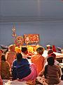 En attendant la Ganga Aarti face au Gange (Varanasi) (8473264630).jpg
