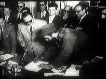 Un día como hoy... - Página 2 220px-Fidel_Castro_firma_como_Primer_Ministro_-_1959