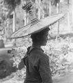 Flicka i s.k.toroe, Koelawi, kvinnornas hatt. Kulawi, Sulawesi. Indonesien - SMVK - 010924.tif