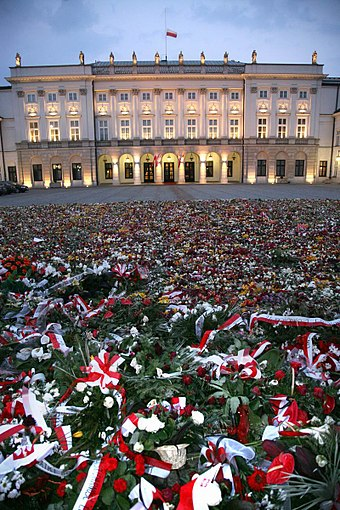 Flowers in front of the Presidential Palace following the death of Poland's top government officials in a plane crash over Smolensk in Russia, 10 April 2010 Flowers in front of the Presidential Palace in Warsaw.jpg