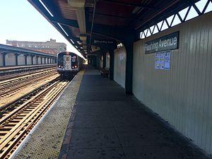 Flushing Avenue (BMT Jamaica Line) - Image: Flushing Avenue Metropolitan & Jamaica bound platform