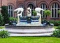 Fontaine au centre du palais de la paix.jpg