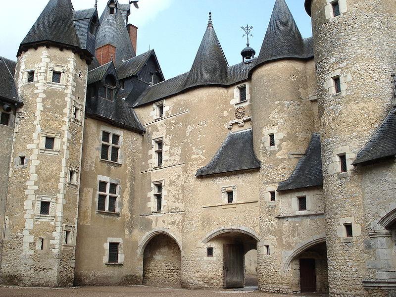 File:Fougères-sur-Bièvre Château.jpg