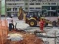 Funcionário operando trator em uma obra em Belo Horizonte.JPG