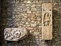 Galleria Duomo reperti romani antichi rilievi Brescia.jpg