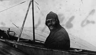 George Valentin Bibescu - Image: George Valentin Bibescu École d'aviation de Pau, 1910 (Agence Meurisse)