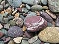 Gesteinsmix am Porthlysgi Beach II.jpg