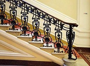 Grand hotel & la pace, inferriata della scalinata 01.jpg