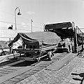 HUA-159492-Afbeelding van het oprijden van een auto met aanhanger op de autoslaaptrein op het N.S.-station Amsterdam Amstel te Amsterdam.jpg