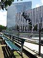 Hofgartenterrassen am Düsseldorfer Kö-Bogen mit Libeskind-Bau und Dreischeibenhaus im Hintergrund.jpg