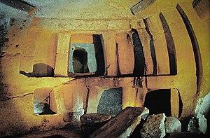 Ħal-Saflieni Hypogeum - Limestone doorways