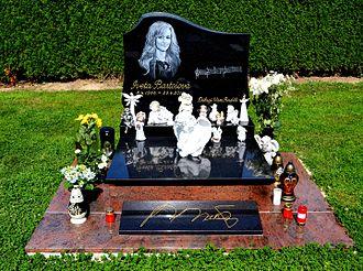 Iveta Bartošová - Gravestone of Iveta Bartošová at Říčany Cemetery near Prague