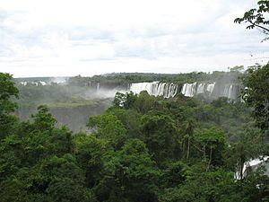 https://upload.wikimedia.org/wikipedia/commons/thumb/0/08/Iguazu-Wasserfaelle_05.JPG/300px-Iguazu-Wasserfaelle_05.JPG