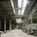 Interieur, overzicht van een ruimte in de fabriekshal met zicht op de eerste verdieping en het sheddak, rechtsvoor een kantoorruimte - Maastricht - 20385942 - RCE.jpg