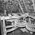 Interieur van watergedreven molen met onderslagrad, tussenloper spoorwiel, steenschijf - Haaksbergen - 20283579 - RCE.jpg
